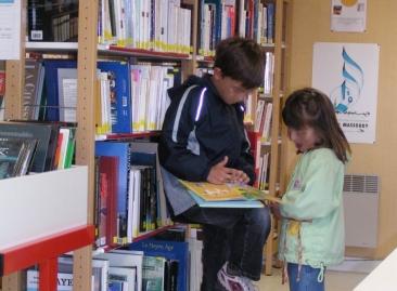 enfant en bibliothèque